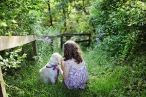 enfant avec un chiot dans la nature